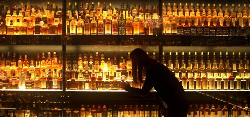Alcohol en bruto: en busca del trago perfecto, de Iain Banks